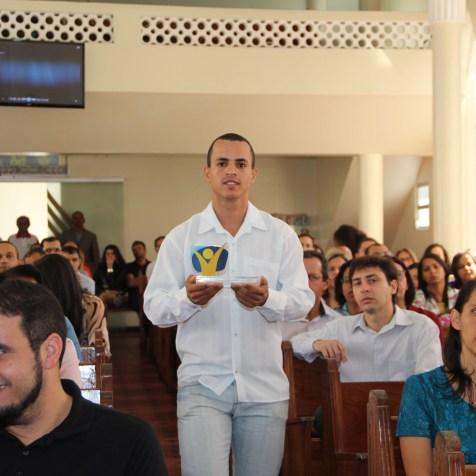 (Central de Itabuna)Representantes locais de projetos missionários participam do cortejo que se encerra com a entrada da Bíblia.