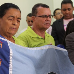 (Central de Itabuna) Representantes locais de projetos missionários participam do cortejo que se encerra com a entrada da Bíblia.