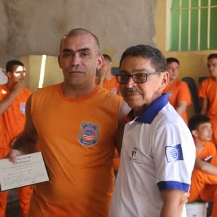 Natinho é pastor jubilado fezendo a entrega dos certificados de batismos