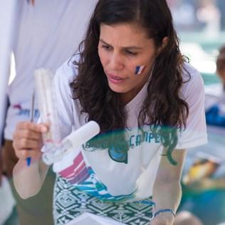 Voluntária confere capacidade pulmonar de participante da Feira de Saúde (Foto: Anne Seixas)