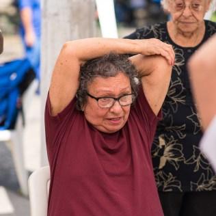 Idosos passam pela tenda que fala sobre o exercício físico e fazem alongamento muscular (Foto: Anne Seixas)