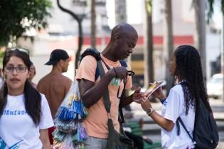 """Vendedores ambulantes pararam para conferir a """"Esperança Viva"""", livro missionário que foi distribuído em todas as Feiras de Saúde (Foto: Anne Seixas)"""