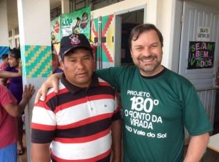 Cacique da tribo (esq.) e um voluntário