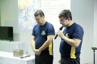 Everson Braga faz oração durante o encontro
