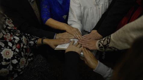 Família faz oração em tenda