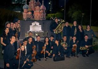 Músicos da Orquestra Adventista posam para foto em frente à Escola Bolshoi em Joinville.