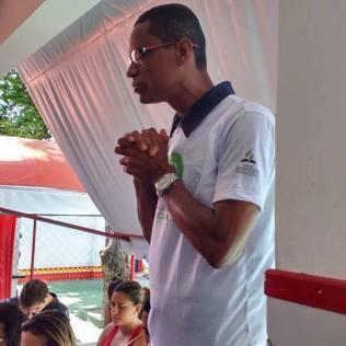 O pastor local, Nilson Ferreira, orou com os candidatos do ENEM