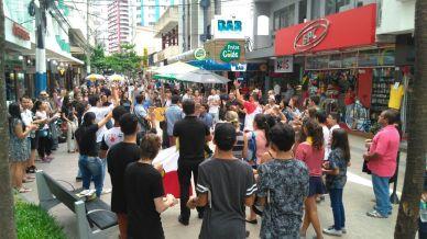 Flash mob ocorreu com 120 adventistas no centro de Balneário Camboriú