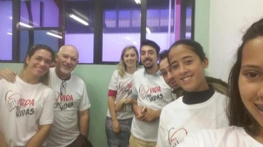 Jovens posam para foto antes de doação de sangue em Chapecó