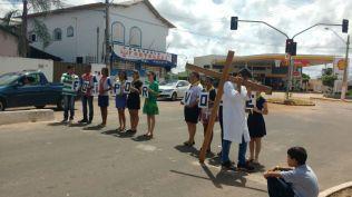 Em Eldorado, Gurupi, na faixa de pedrestres, jovens realizaram uma breve encenação sobre o sacríficio de Jesus. (Foto: Comunicação Iasd Eldorado Gurupi)