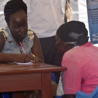 Voluntária adventista aconselha uma paciente em Kibos, Quênia