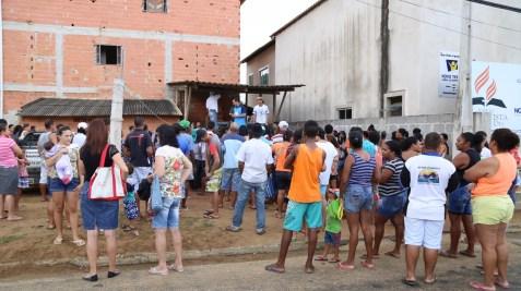 Moradores aguardam distribuição