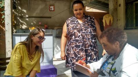 Já na casa da filha Ednéia, no bairro Santa Tereza, dona Lenira se emociona ao reencontrar a família