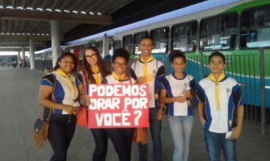 Jovens convidam passageiros de ônibus a orarem