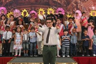 O músico Marcus Vinicius com o coral de crianças do maternal ao 2º ano.