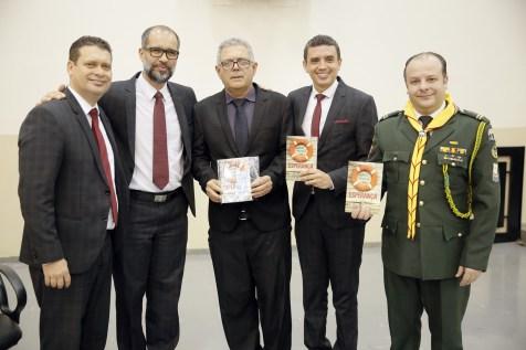 Vereadores recebem o livro