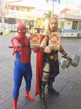 Os super heróis em Jacarepaguá receberam os livros.
