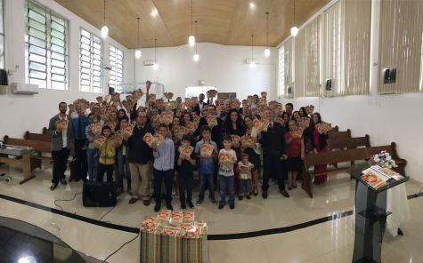 Fiéis reunidos em Penha (SC) para distrbuição de literaturas durante o Impacto Esperança 2017