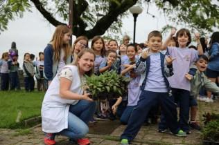 Alunos fizeram o plantio de 400 mudas em floreiras em calçadão nas margens da Baía da Babitonga, um dos principais pontos turísticos de São Francisco do Sul. [Foto: Paulo Ribeiro].