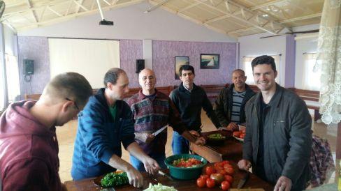 Em Lajeado, Ministério dos Homens busca minimizar sofrimento das famílias atingidas através da entrega de marmitas de sopa.