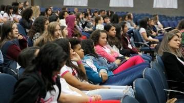 Meninas durante palestra