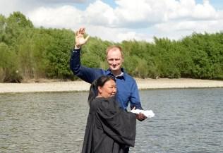 John Bradsaw batiza mulher durante campanha evangelística