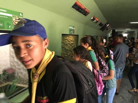 Lucas (boné) participa ativamente das atividades do Clube de Desbravadores.