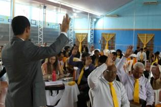 Pastor Ozéias durante oração com líderes de EDMC.