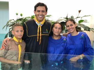 Em Naviraí (MS), pastor Raul Souza batiza três gerações: Gabriel (esquerda), Diva e Marisa, respectivamente filho, avó e mãe.