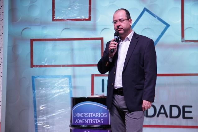Pr. Aguinaldo Guimarães apoia os universitários em congresso