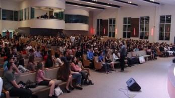 Thiago Arrais interage durante palestra