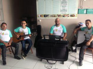 Para recepcionar o público, os voluntários cantavam na recepção das clínicas
