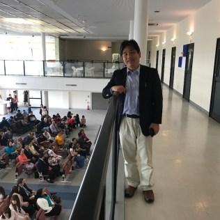 Toshio Shibata, secretário executivo da União Japonesa, ao lado de antigas salas de karaokê no segundo andar da igreja (Foto: Andrew McChesney / Adventist Mission).