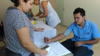 Profissionais de saúde aferiram pressão e realizam teste de glicemia