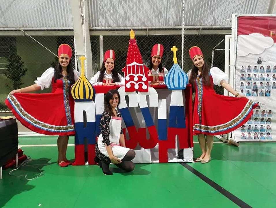 Professoras vestem-se de russas para ilustrar costumes da Rússia. Foto: Arquivo Pessoal/Vânia Sousa