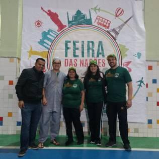 Diretor Carlos, à direita, e equipe de servidores da instituição vestem a camisa para participar do evento com os alunos.