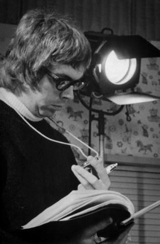 Adams confere o roteiro durante uma das gravações da série (Foto: Arquivo pessoal)