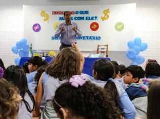 Contador-falou-às-crianças-sobre-a-importância-de-economizar