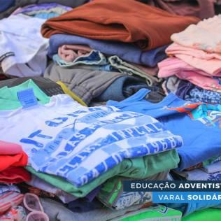As roupas foram arrecadas entre os próprios alunos da escola