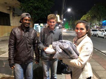 Adventistas compraram os cobertores e forma às ruas doar aos necessitados