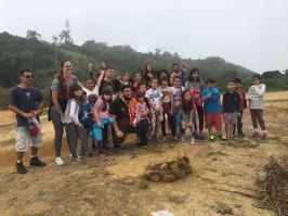 Crianças participaram de trilha em uma área de vegetação próximo à praia. [Foto: Felipe Silva].
