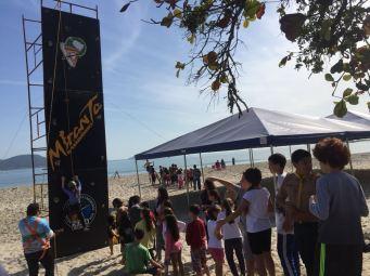 Paredão de escalada foi um dos atrativos mais procurados pelas crianças. [Foto: Felipe Silva].