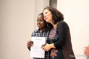 Alunos recebem certificado de conclusão de curso. [Foto: Nara Curvello].