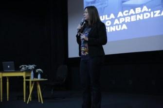 Diretora Neide Laura encoraja os estudantes. [Foto: Paulo Ribeiro]
