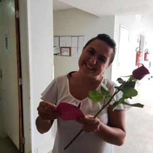 Cartas e rosas alegraram o dia de mulheres na Santa Casa de Misericórdia, em Colatina