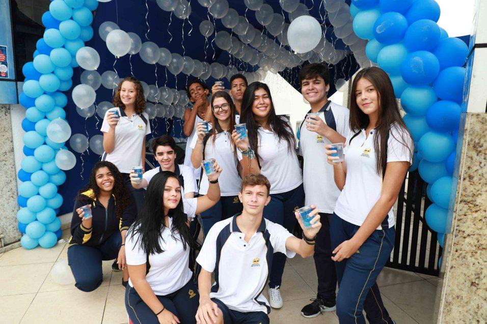 Diversas ações fizeram parte da data, como a distribuição de água na escola e em frente à um mercado movimentado. [Fotos: Paulo Araújo]