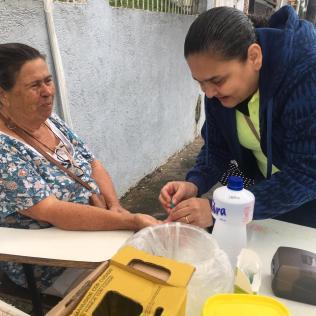 Cuidados com a saúde, voluntários realizaram testes simples com participantes