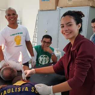 Cuidados com a saúde, voluntários realizaram limpeza de ouvido em ações