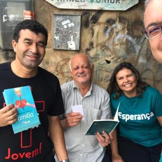 Servidores do escritório adventista e seus familiares foram motivados a participar da distribuição dos livros