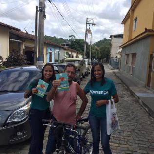 Entrega também foi realizada para as pessoas que passavam pelas ruas e avenidas